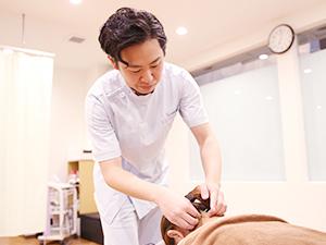 スタッフによる鍼灸施術の様子